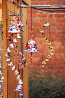 Sinos de cerâmica coloridos vendidos no mercado de natal na europa. presente de lembrança de argila de sino na feira.