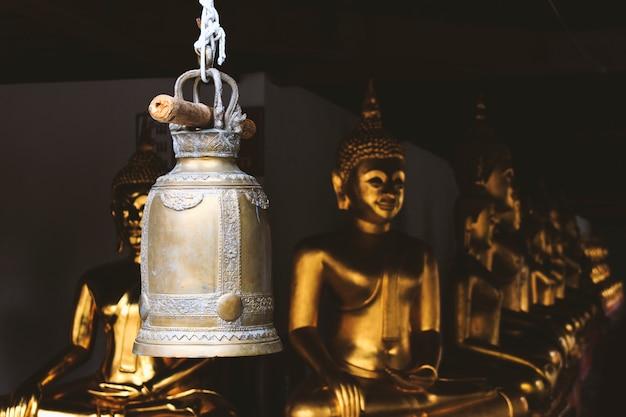 Sinos dourados velhos no templo em tailândia