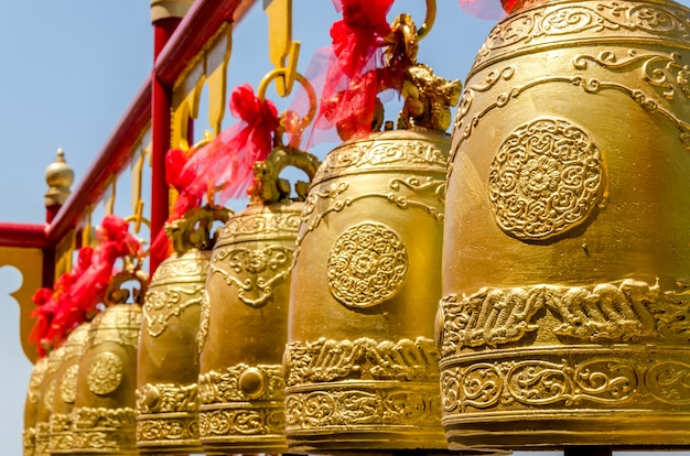 Sinos em um templo budista da tailândia