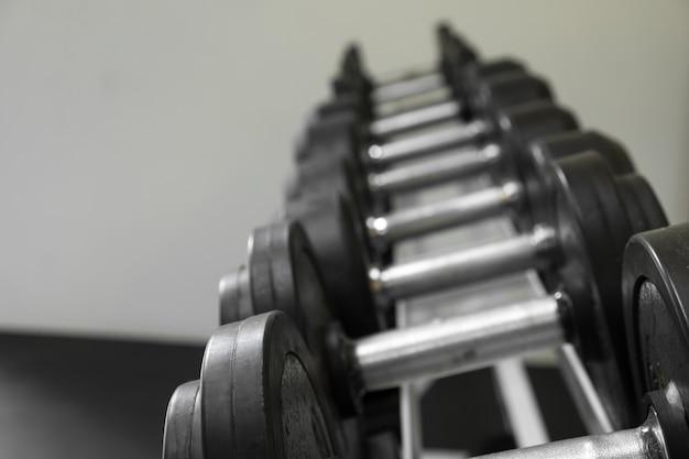 Sinos idiotas alinhados em um estúdio de fitness. a foto é um foco curto