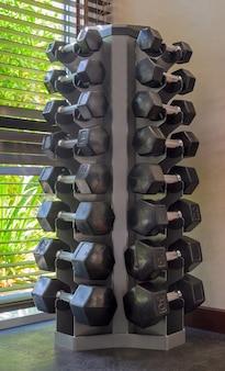 Sinos mudos em uma academia em um dia ensolarado