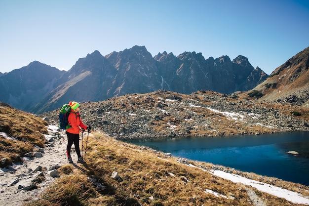 Sinta a liberdade e desfrute da paisagem de montanha no inverno perto do lago