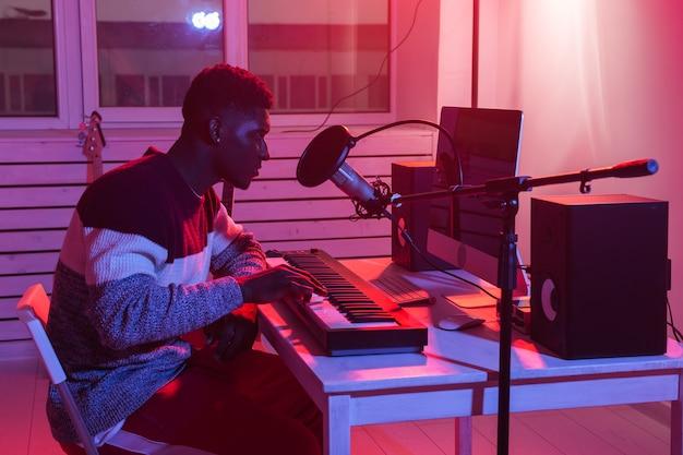 Sintetizador de gravação de músico afro-americano profissional em estúdio digital em casa, música
