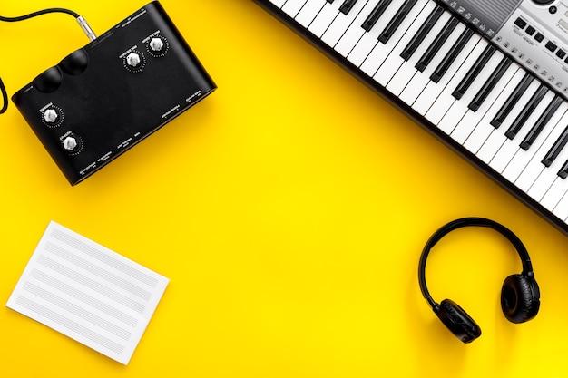 Sintetizador de instrumentos musicais e fones de ouvido para gravação de música