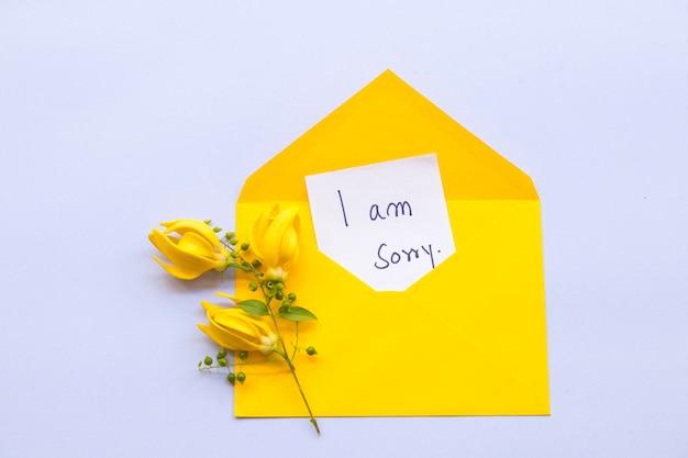 Sinto muito, cartão de mensagem com flor ylang ylang