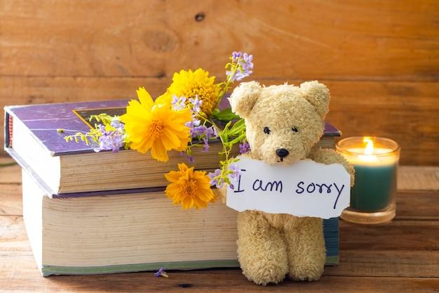 Sinto muito, cartão de mensagem com ursinho de pelúcia