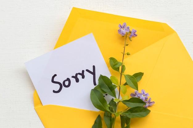 Sinto muito, cartão de mensagem no envelope