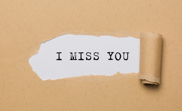 Sinto sua falta no espaço de papel rasgado, amor e conceito de dia dos namorados