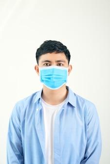 Sintoma covid-19 pandemic coronavirus homem usando máscara protetora para a propagação de doenças novas espécies. homem com máscara cirúrgica no rosto contra a doença do coronavírus 2020.