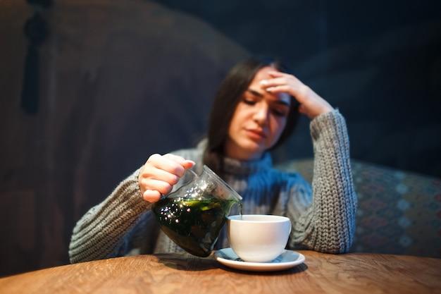 Sintoma de resfriado ou alergia à gripe. jovem doente com febre, espirros em tecidos, alergias, resfriado comum. bebida anti-fria,