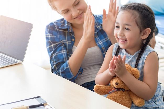 Sira de mãe caucasiano e criança que sorri no quarto de hospital.
