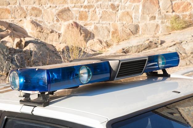 Sirenes e luzes de um antigo carro de polícia