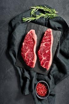 Sirloin um bife de carne crua.