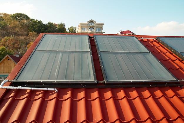 Sistema alternativo de energia solar no telhado da casa.