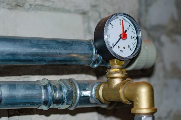 Sistema de aquecimento industrial. sensor de pressão na válvula redutora de pressão de água quente.