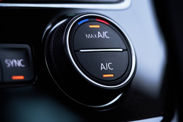 Sistema de ar condicionado do carro. o ar condicionado está ativado no modo de resfriamento máximo.
