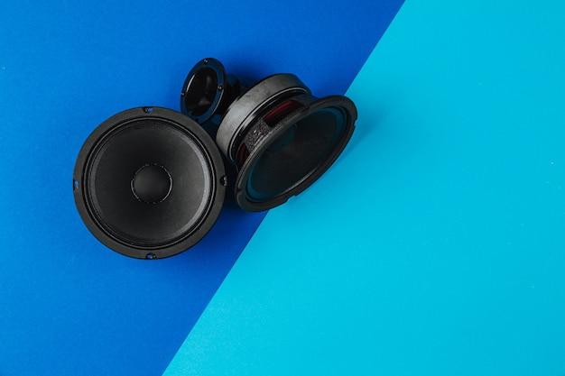 Sistema de áudio do carro um conjunto de alto-falantes em um espaço de cópia de fundo azul