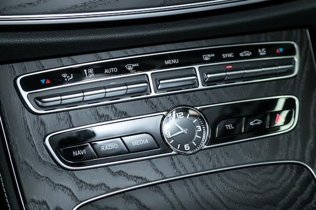 Sistema de áudio estéreo, painel de controle e cd em um carro moderno.