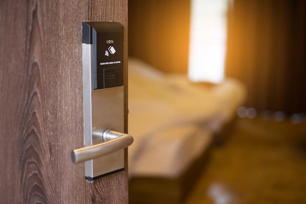 Sistema de bloqueio de chave de porta de cartão inteligente no hotel.