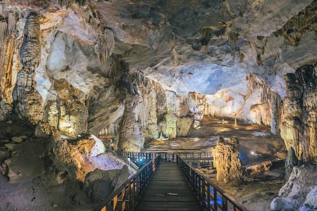 Sistema de calçadão dentro da bela caverna paradise no vietnã