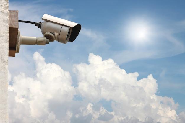 Sistema de câmera cctv no fundo do céu azul com espaço de cópia.