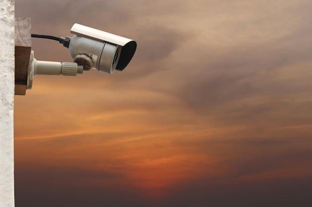 Sistema de câmera cctv no fundo do céu crepuscular com espaço de cópia.
