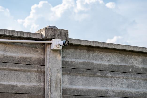 Sistema de câmera de segurança cctv moderno instalado em parede de cimento com céu azul