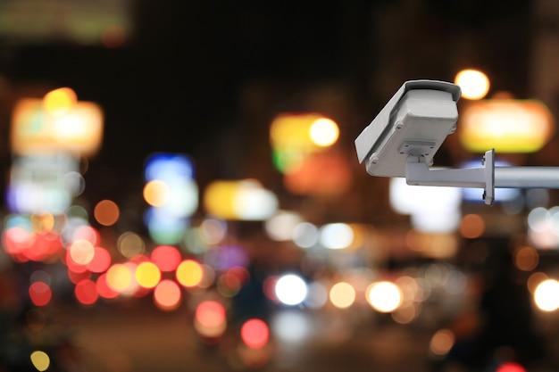 Sistema de cftv em borrão de estrada à noite de fundo e tem espaço de cópia para design em seu trabalho.
