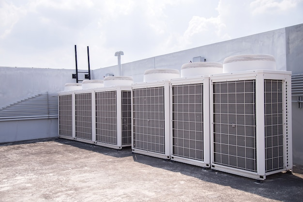 Sistema de condicionamento central definido no telhado do edifício