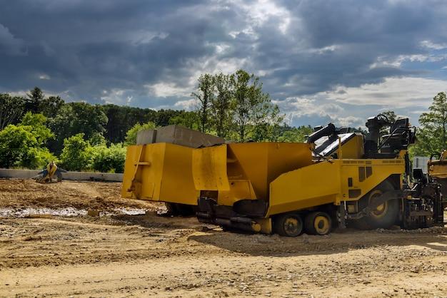 Sistema de drenagem em poços de inspeção de concreto quadrado são instalados em construídos para drenar águas pluviais