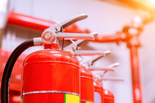 Sistema de extinção de incêndio industrial potente.