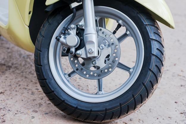 Sistema de freio a disco e roda de motocicleta automática