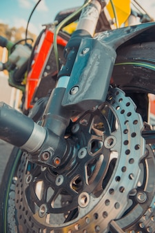 Sistema de freios da moderna moto esportiva.