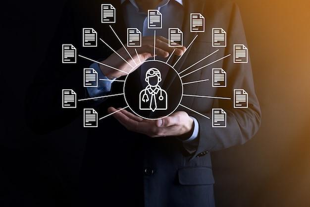 Sistema de gerenciamento de documentos dms. homem de negócios segura médico e ícone de documento. software para arquivamento, pesquisa e gerenciamento de arquivos e informações corporativas. conceito de tecnologia de internet. segurança digital.