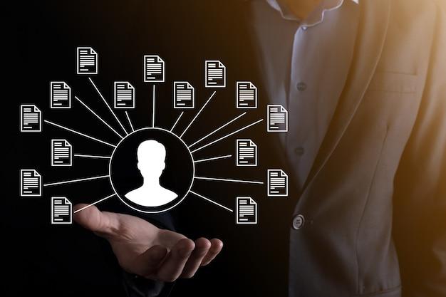 Sistema de gerenciamento de documentos dms. o empresário detém o ícone do usuário e do documento. software para arquivamento, pesquisa e gerenciamento de arquivos e informações corporativas. conceito de tecnologia da internet. segurança digital.