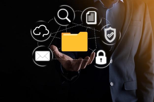 Sistema de gerenciamento de documentos dms. pasta de retenção do empresário e ícone de documento. software para arquivamento, pesquisa e gerenciamento de arquivos e informações corporativas. conceito de tecnologia da internet. segurança digital