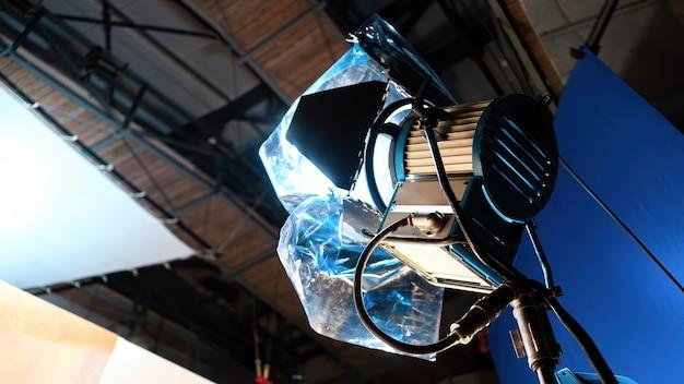 Sistema de iluminação led com filtro de cores visto de baixo em um pavilhão em um set de filmagem