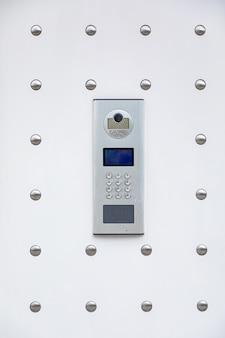 Sistema de intercomunicação branco moderno com câmera e sistema de identificação