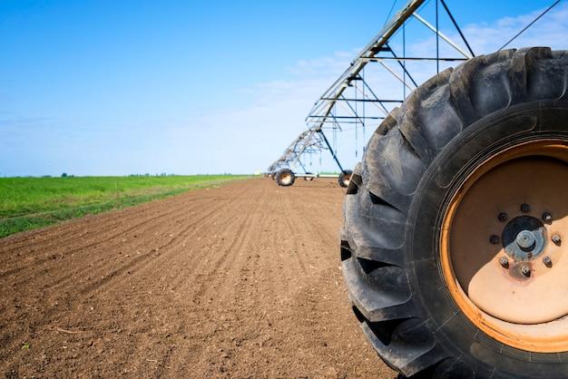 Sistema de irrigação agrícola no campo regando as plantações