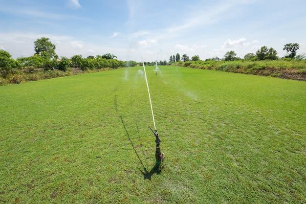 Sistema de irrigação molhar o campo de grama verde