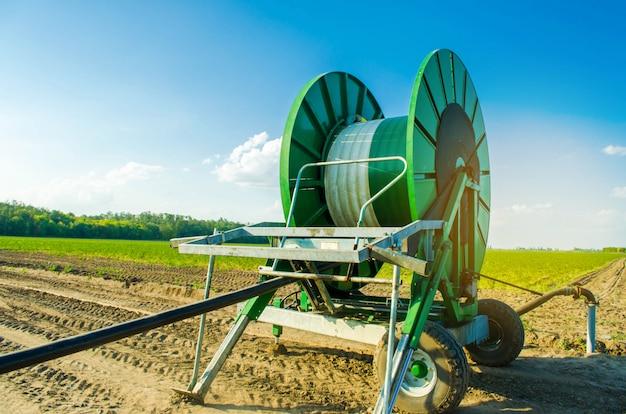 Sistema de irrigação para irrigação de culturas agrícolas com um grande enrolador de mangueira.