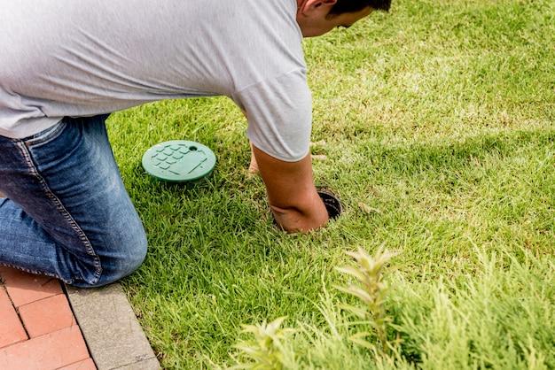 Sistema de irrigação que molha o gramado do jardim. projeto da paisagem.
