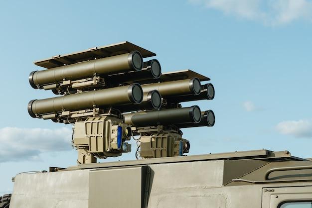 Sistema de mísseis anti-tanque kornet. nau capitânia da defesa aérea das forças armadas russas.
