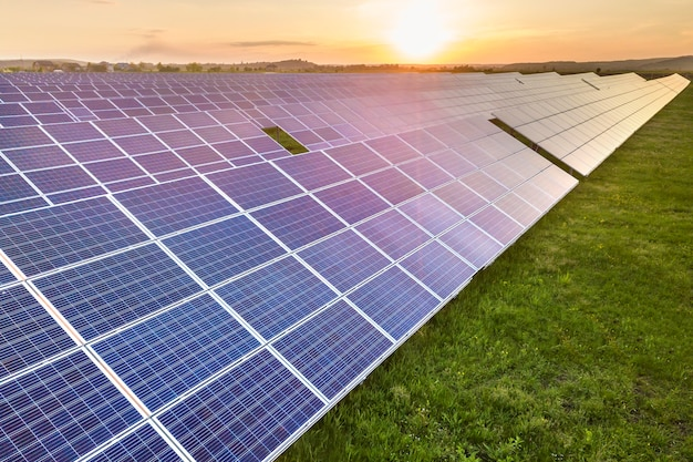 Sistema de painéis solares produzindo energia limpa e renovável