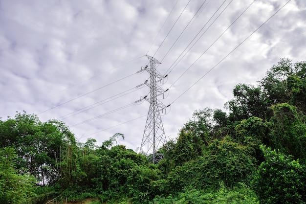 Sistema de postes de distribuição de energia para comunidade rural e campo, paisagem de montanha com natureza verde, conceito de energia amigável com o meio ambiente