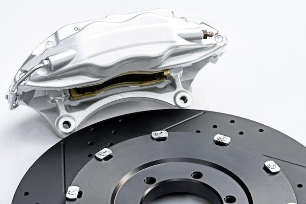 Sistema de travagem de desempenho, paquímetro de prata e novo disco perfurado.