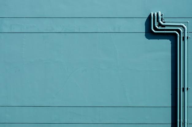 Sistema de tubulação de água plástica instalado no prédio de concreto verde