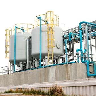 Sistema de tubulação industrial de metal e pvc na fábrica isolado no fundo branco