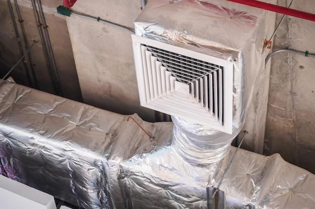 Sistema de ventilação de duto de ar de teto em grande shopping center