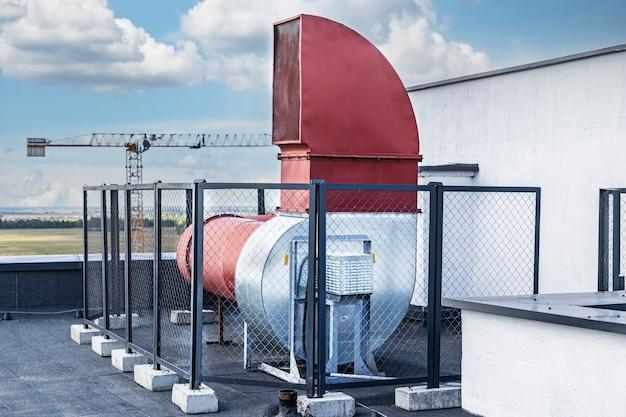 Sistema de ventilação de um edifício residencial de vários andares. ventilação forçada de um prédio alto. fornecendo ar fresco. ventilação forçada.